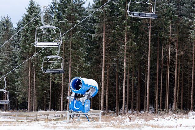 Schneekanonen verwenden Wasser, Kälte und Luft um Kunstschnee zu produzieren.