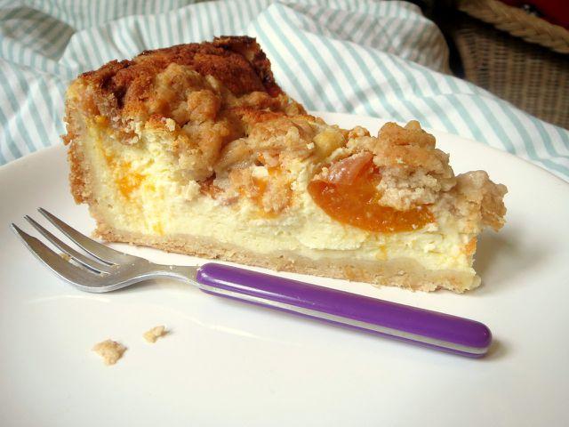 Aprikosenkuchen mit Quark und Streuseln passt gut auf jede Kaffeetafel.