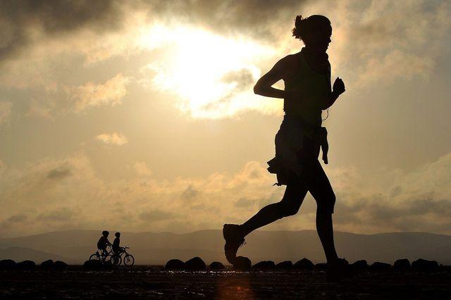 Egal ob Jogging, Schwimmen oder einfach ein Spaziergang: Achte darauf, jeden Tag in Bewegung zu bleiben.