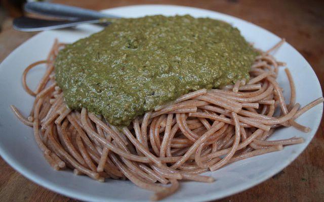 Lecker zubereiteter Spinat passt bestens zu Vollkorn-Spaghetti.