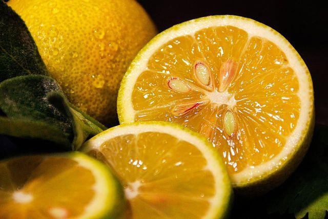 Mit Zitronensäure kannst du Blaubeerflecken entfernen.