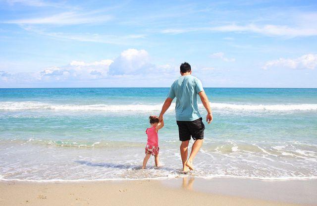Bekleidet am Strand zu sein ist im Gegensatz zu Stoffen wie Octocrylen ein sicherer Sonnenschutz.