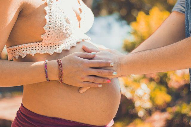 Während einer Schwangerschaft solltest du auf die Anwendung von Oregano-Öl unbedingt verzichten.