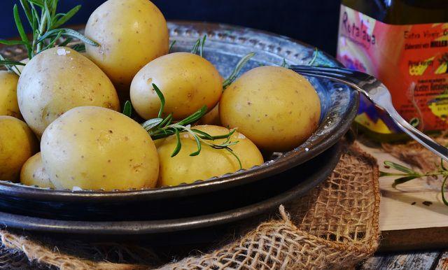 Kartoffeln, Rosmarin und etwas Olivenöl: Mehr brauchst du nicht, um Kartoffeln im Ofen zu backen.