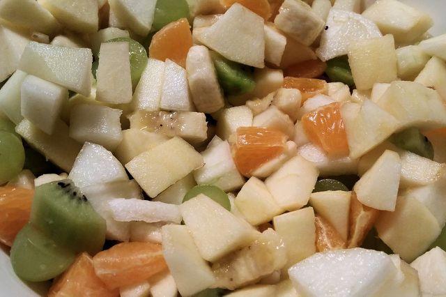 Im Winter kannst du einen Obstsalat mit Äpfeln, Birnen sowie Kiwis und Orangen zubereiten.