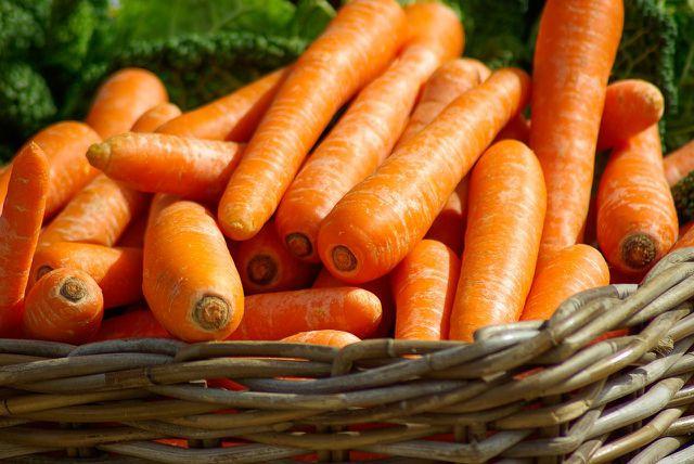 Möhren sind vermutlich nicht das erste Lebensmittel, welches einem für ein gelungenes Frühstück in den Sinn kommt. Gemeinsam mit Zimt, Muskatnuss und Rosinen verleihen sie deinen Overnight Oats jedoch einen spannenden Carrot-Cake-Charakter.