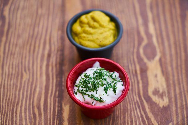 Aus Kichererbsenwasser, Öl, Senf, Essig und Gewürzen entsteht mit wenigen Handgriffen eine cremige vegane Mayo.
