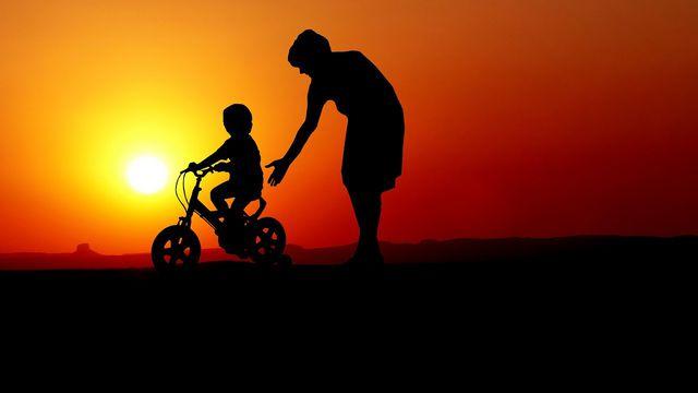 Du kannst verschiedene Schritte befolgen, um deinem Kind das Fahrradfahren beizubringen.