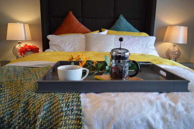 Ein stabiles Tablett mit Rand ist eine gute Basis fürs Frühstück im Bett.