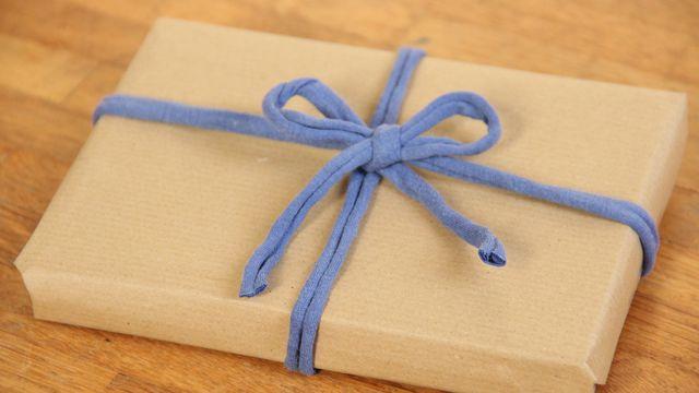 Textilband eignet sich als Schleife für Geschenke.