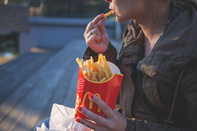Gesund kochen geht anders: Fast Food enthält kaum gesunde Nährstoffe.