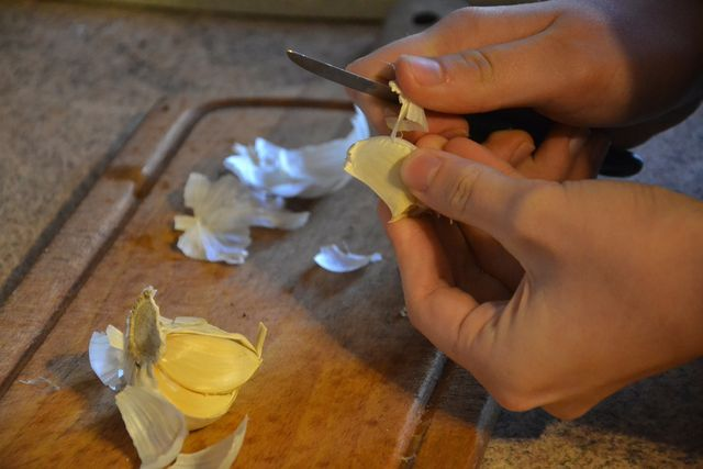 Knoblauch verleiht dem Erbsenpesto zusätzliche Würze.