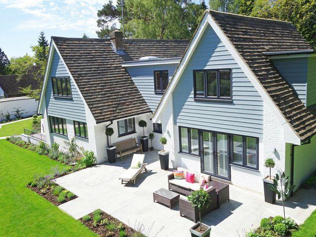 Im städtischen Umland gibt es ausreichend Fläche und niedrige Bodenpreise, sodass es leichter ist, ein eigenes Haus zu bauen.