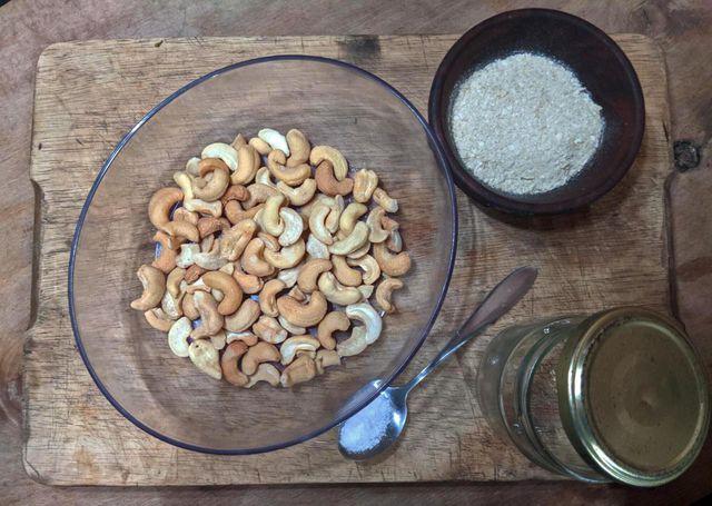 Veganer Parmesan aus Cashewkerne, Hefeflocken und Salz.