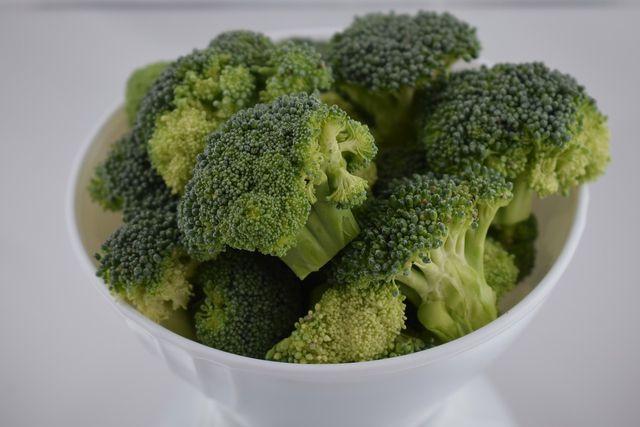 Du kannst Brokkoli auch roh essen.