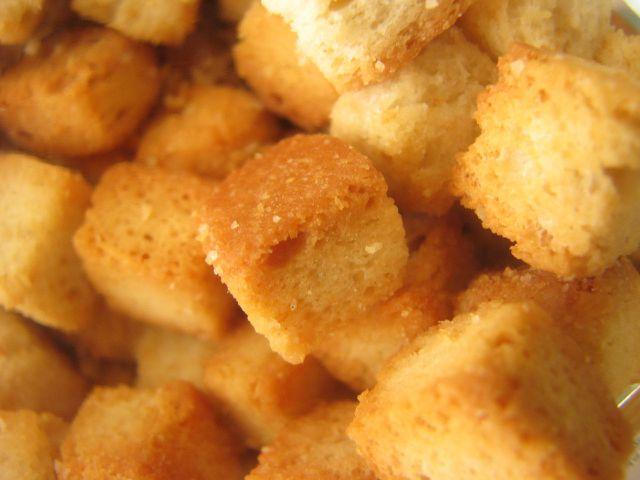 Croutons sind schnell aus altem Brot gemacht