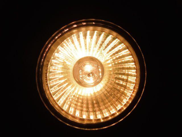 Halogenlampen kannst du unkompliziert über den Hausmüll entsorgen.