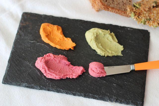 Hummus kannst du mit verschiedenen Gemüsesorten verfeinern.