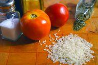 Für einfachen Tomatenreis brauchst du nur wenige Zutaten.