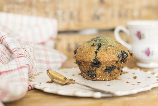 Schwarze Johannisbeeren passen gut zu Muffins.