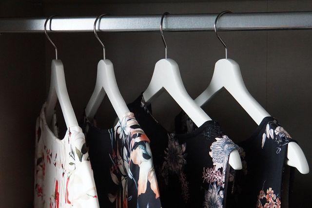 Hänge möglichst viele Kleidungsstücke auf Bügel, damit kein Chaos entsteht.