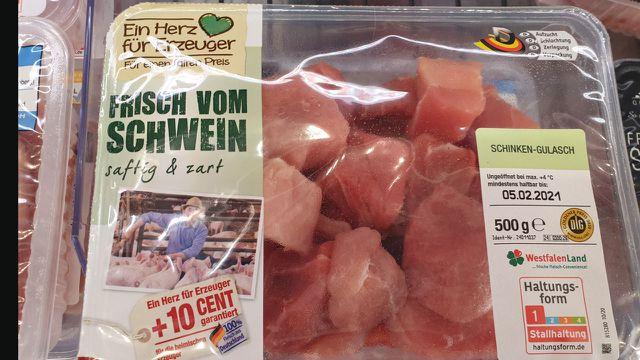 Das Bild von glücklichen Schweinen, deren Züchter noch 10 Cent extra bekommt, suggeriert Tierwohl. Das Fleisch ist aber nur Stufe 1.