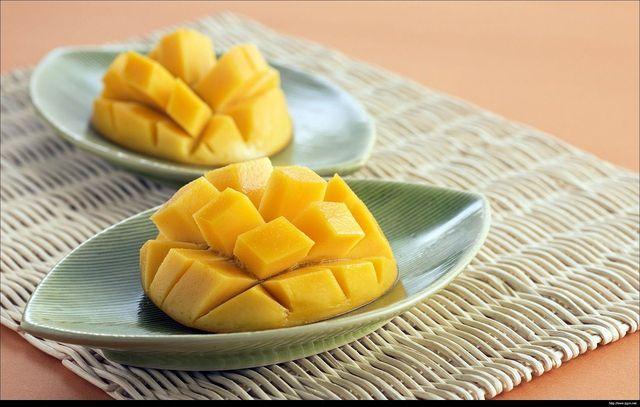 Eine geschnittene Mango solltest du anders lagern als eine ganze Frucht.