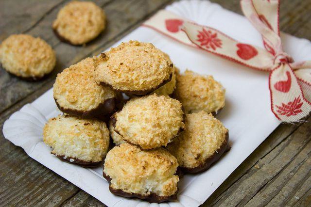 Zum Schluss kannst du die glutenfreien Kekse auch noch mit einer Schokoglasur überziehen.