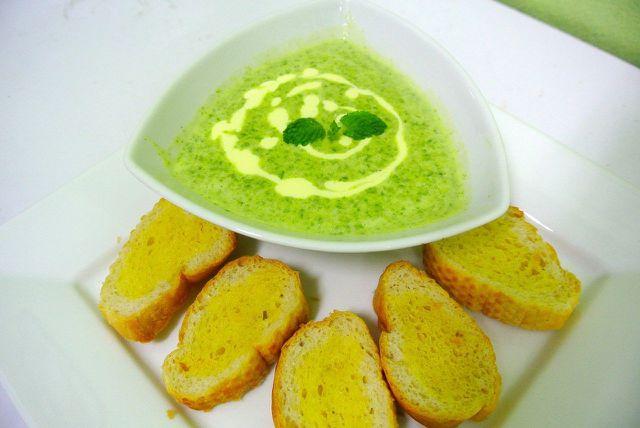 Zu Petersiliensuppe schmeckt geröstetes Brot.