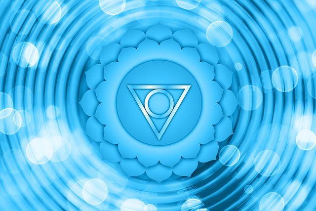 Blockierungen im fünften Chakra führen häufig zu Schwierigkeiten in der Kommunikation.