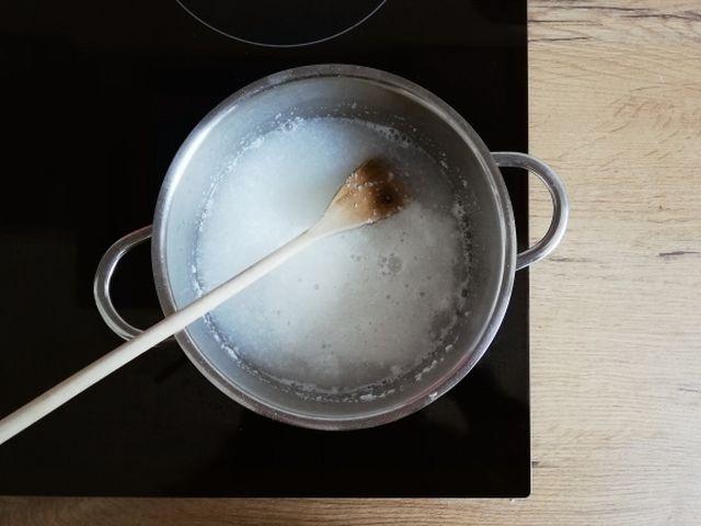 Die geraspelte Seife wird mit dem Wasser zum Kochen gebracht.