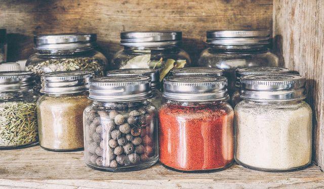 Erdnussbutter kann mit Gewürzen wie Chili oder Zimt verfeinert werden