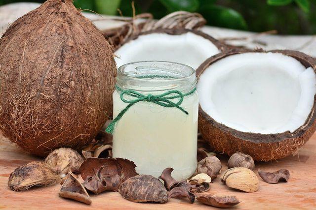 Kokosöl kannst du auch zum Ölziehen benutzen.
