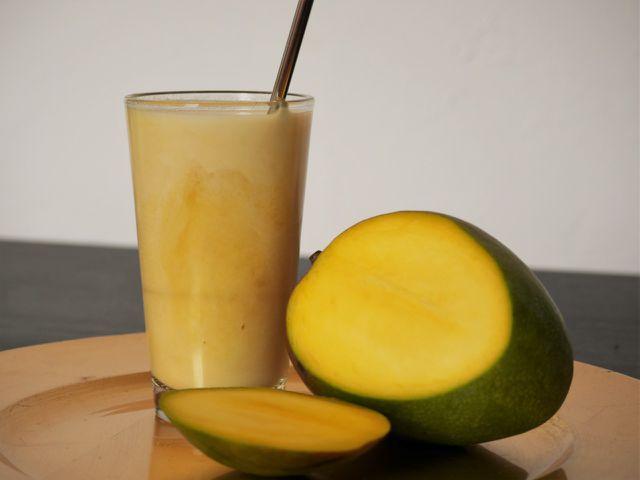Mango Lassi ist ein fruchtiger Drink für jede Jahreszeit