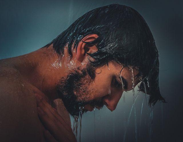 Ein Kopfhaut-Peeling massierst du in die nasse Kopfhaut ein.