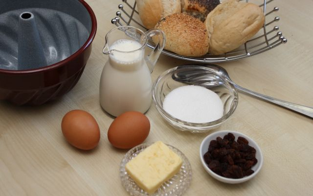Zutaten für süßen Brotpudding.