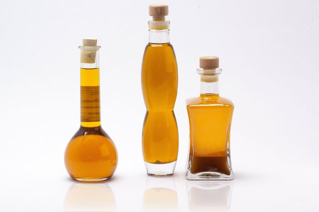 In vielen Haarpflegeprodukten steckt Chemie. Dabei kann reines Öl, z.B. Olivenöl, auch sehr pflegend sein