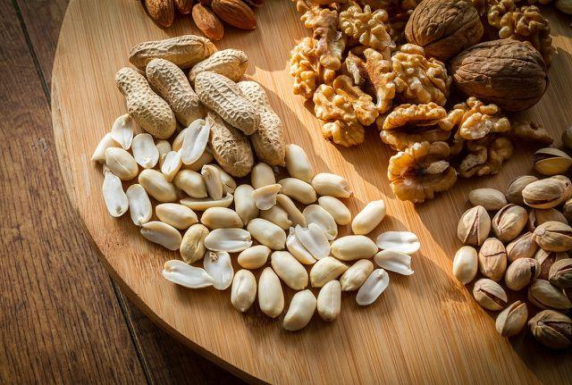 Nüssen. Samen und Kerne sind besonders reich an wertvollem Eiweiß.