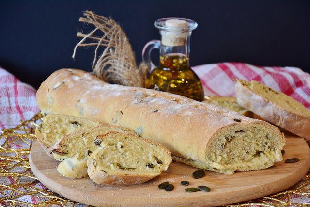 Aus (altem) Brot, Öl und ein paar weiteren Zutaten wird eine leckere Grillbeilage.