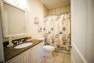 Mit Babyöl Schimmel am Duschvorhang verhindern