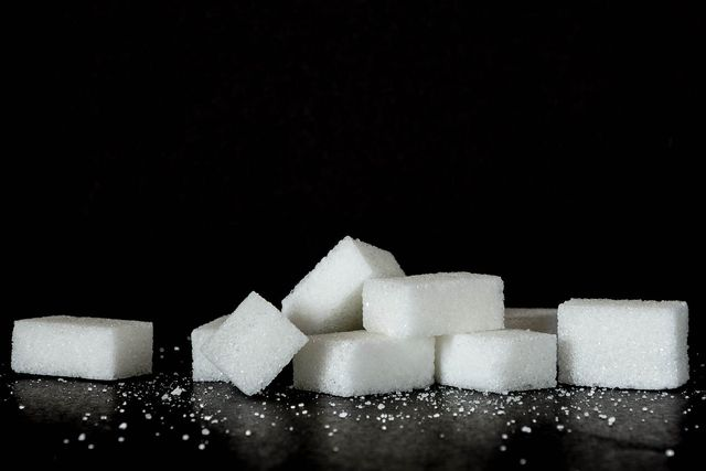 Raffinierter Zucker enthält viele Kalorien und keine Vitamine - egal ob aus Zuckerrohr oder Zuckerrübe.