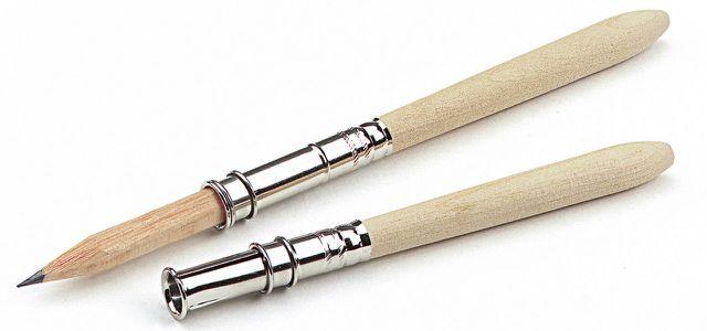 Mit einer findigen Stiftverlängerung lassen sich Bleistifte und Buntstifte vom Schulanfang weg bis zum kleinsten Stummel nutzen.