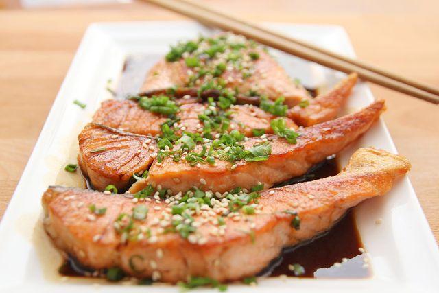 Fetter Seefisch versorgt dich mit Omega-3-Fettsäuren und Jod.
