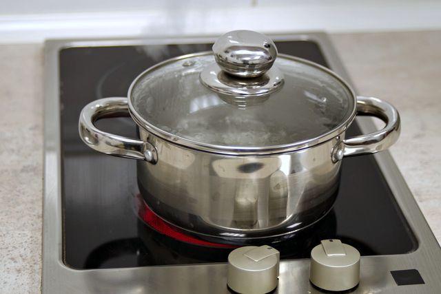 Koche die Tellerlinsen in ausreichend Wasser.