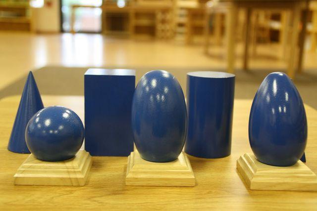 Typisches Material im Montessorikindergarten sind zum Beispiel geometrische Formen aus Holz.