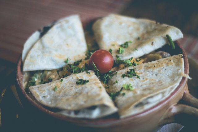 Quesadilla mit Spinat und veganem Käse.