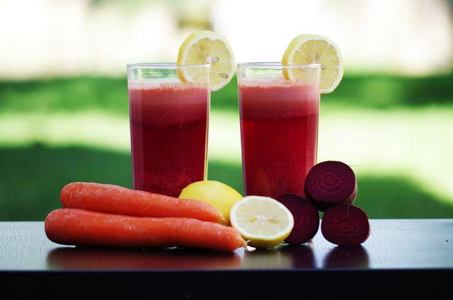 Ein Apfel-Smoothie mit Karotten und roter Beete ist eine wahre Vitaminbombe.