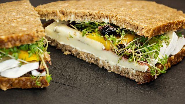 Mit selbstgebackenem Brot kannst du leckere Sandwichs zaubern und bist auch unterwegs immer mit einem gesunden Snack ausgerüstet!