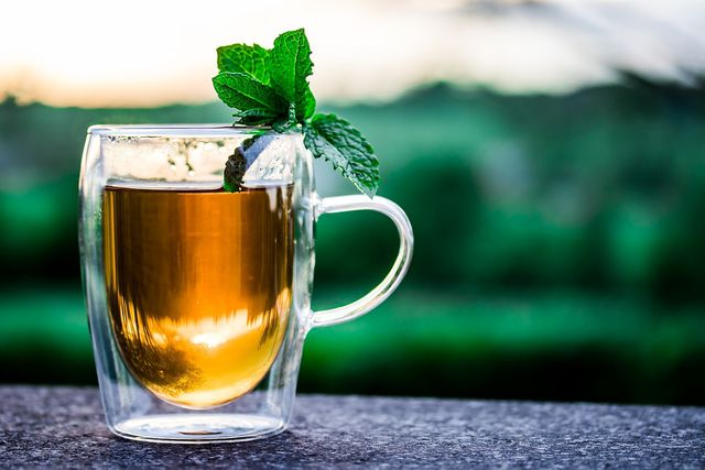 Bei Fieber ist viel trinken wichtig - am besten Wasser oder Tee.