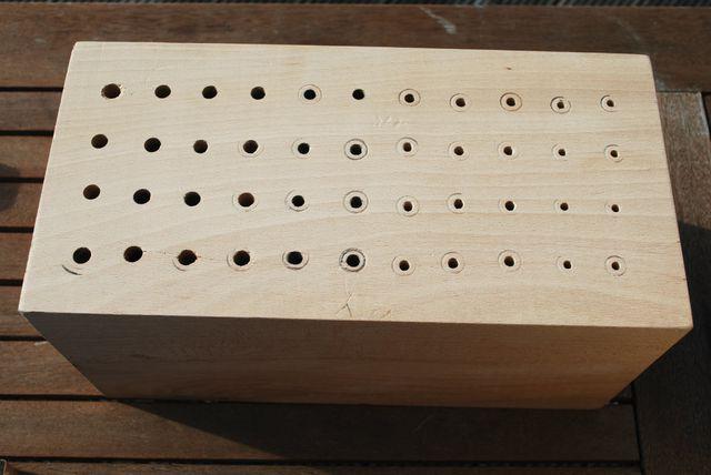 Mit verschieden großen Holzbohrern (4-8mm) bohrst du die Gänge für Wildbienen und Schlupfwespen.